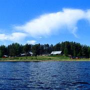 Unsere Huskyfarm vom Juktån Fluss aus