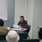 絵本作りについて語る小林さん。トツトツとしたその話し方に、まじめで誠実な人柄がよく現れていました。