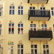 Hausfassade mit Fensterbildern