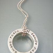 Massiver, schwerer Statement-Ring aus 925er Silber an Kugelkette.
