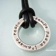 Massiver, schwerer Statement-Ring aus 925er Silber an schwarzem Lederband.