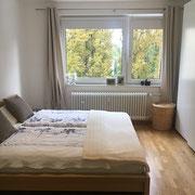 Wohnbeispiel Schlafzimmer eines privaten Messeapartments zur EMO über 4yourfairs