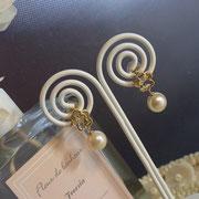 花モチーフの真珠がゆれるピアス