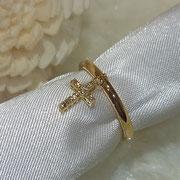 小さなクロスがゆれるたびきらめく綺麗なダイヤを使っています