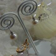 ジャーマン式フックピアス。少し大きめの真珠はグレードが命