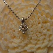 2点留めの綺麗なダイヤを引き立てるペンダント
