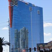 die zwei Türme des  Cosmopolitan/Aria-Komplex spiegeln sich im Hilton