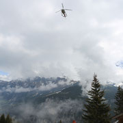 Die Kollektoren schweben über den Dächern von Mürren mit der berühmten Lauberhornrennstrecke im Hintergrund