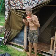 Wer behauptet, man lebe ungesund im Lager, dem beweist dieses Bild das Gegenteil: Wassermelone und gesunde Schlammkur, was will man mehr?