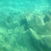 中心部は99mmの深さ、このような岩は見えなくなってただ青い空間が広がります。