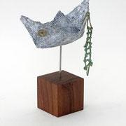 Kleines, schlichtes, hellgraues und windschiefes Boot aus Pappmache mit Strickleiter und Messingzahnrad  19x15x9 cm (HxBxT) - Titel: Das Rad der Zeit