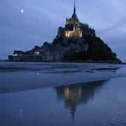 Le Mont Saint Michel au crépuscule, dans la baie