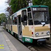 Der Tw Nr. 28 wartet an der Endsation S-Bahnhof Friedrichshagen. Es scheint, dass kürzlich Werbeaufschriften über deckt werden mussten.