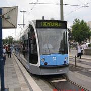 Frontansicht. Die ersten Siemens-Combinos NGT 6 UL  in Ulm. Nr. 42 am Hauptbahnhof. Fünfteilig mit der Achsfolge Bo+2+Bo.