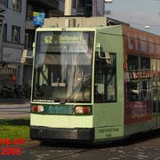 Siemens/Düwag  R 1.1, 9469 (NGT6)-Niederflurstraßenbahn bei der Einfahrt zum Bertha-von-Suttner-Platz.