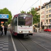 Ursprünglich für die Stadtbahn Rhein-Sieg entwickelt worden. Der B-100S Jakobsgelenktriebwagen (Telekom-Express) der SWB am  Berta von Suttner-Platz.