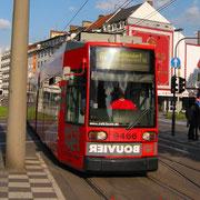 Siemens/Düwag  R 1.1, 9466 (NGT6)-Niederflurstraßenbahn am Bertha-von-Suttner-Platz.