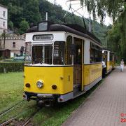 Der Zug ist an der Endhaltestelle im Stadtpark Bad Schandau eingetroffen. Der Triebwagen wird für den Richtungswechsel abgekoppelt.
