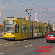 Siemens/Düwag  R 1.1, 9451 (NGT6)-Niederflurstraßenbahn auf der Kennedybrücke bei der Einfahrt in der Bertha-von-Suttner-Platz.