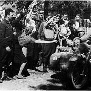 Так жители г. Барановичи встречают вступление немцев 27 июня 1941 года (Фотография взята из фондов Барановичского краеведческого музея (Республика Беларусь) (БКМ. Ф.1342.Л.45)