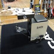 Loota Percussion, Cajon spielen mit Pedal in aufrechter Sitzposition. Dazu eine gut klingende Snare auf Cajon Basis, ein kleines Becken und ein kleiner Crasher - fertig ist die Drumset Alternative.