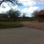 Hofauffahrt  und Anhängerparkplatz