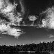 Cirruswolken, Stockholmer Schären. Max Foto-Format 112 x 63 cm. Preise: Ab 195 CHF.