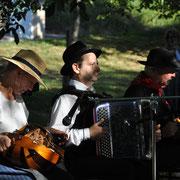 instuments folklorique accordéon vielle  costume traditionel ménestrels sarladais groupe folklorique en dordogne périgord noir costume traditionnel du périgord musique