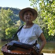 instrument ancien  la vielle a roue costume traditionel ménestrels sarladais groupe folklorique en dordogne périgord noir costume traditionnel du périgord musique