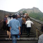 Die Chinesische Mauer bei Badaling (八达岭).Hier sehen Sie wenige Menschen auf der Mauer. Normalerweise sind es mehr!