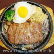 """Die in China verbreitete Interpretation eines """"typisch westlichen Essens"""". Es schmeckt meist widerlich. Aber worum es hier geht: Natürlich essen Sie alles auf, was auf Ihrem Teller liegt. Kein Anstandsrest nötig. Es sei denn, Sie lieben Ihren Magen..."""