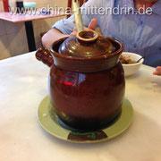 In Südchina werden Suppen in solchen Tontöpfen stundenlang gegart. Sie schmecken fast immer köstlich.