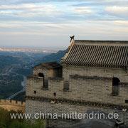 Die Chinesische Mauer bei Juyongguan (居庸关). Am Horizont ist Peking zu sehen.