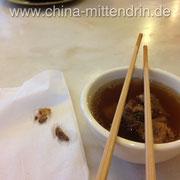 Diese Suppe hier enthält Schweinefleisch und Teebaumpilze.