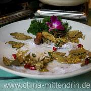 Das war einmal ein sehr voller Teller mit sehr leckerem Fleisch. Er wurde von der Gruppe komplett leergegessen. Dies war aber keine Business-Gruppe, sondern eine chinesische Reisegruppe.
