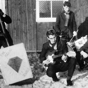 The Rocking Jewels (1964-1965) vlnr: Eric Willemse (theekistbas), Luut van Poppel (gitaar), Gerard Camphens (drums) en ? (gitaar).