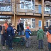 de coördinator geeft instructies aan de leerlingen