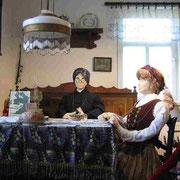 Wohnstube vor mehr als 100 Jahren - Knöpfemacherinnen bei der Arbeit