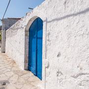 Typisches blaues Tor in Argiropoulis