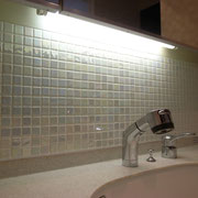 リノベーション Y邸 洗面化粧台にモザイクタイルを貼る