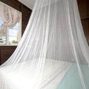 Einen garantiert Mückenfreien Schlaf werden Sie mit einem Moskitonetz haben.
