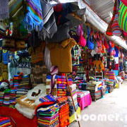 die vielen bunten Farben überfordern die Augen auf den Märkten