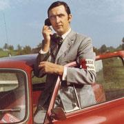 Josef Ritler, Selbstporträt, 80er Jahre. In den letzten 40 Jahren hat sich die Ausrüstung von Pressefotografen verändert. Josef Ritler arbeitete anfänglich mit Edixa und Rolleiflex. Später folgten eine Hasselblad- und eine Leicaausrüstung.