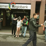 """Regiobank, 1997. Nach dem missglückten Überfall auf die Luzerner Regiobank in Luzern wurde der Täter von der Spezialeinheit """"Luchs"""" der Luzerner Kantonspolizei abgeführt. Das Foto erhielt die Auszeichnung Pressebild des Jahres 1997. Foto: Josef Ritler."""