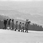 Bergbauernfamilie, 1970. Die Familie musste 1970 in Hergiswil nach einer Lawine den ganzen Tag Wasser schleppen. Foto: Josef Ritler / Ringier Specter.