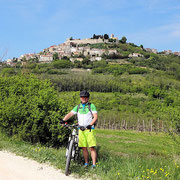 on Tour R602 mit Blick auf Motovun