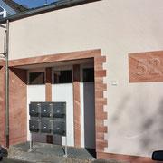 Steinimitation an Wohnhaus inkl. handbemalte Hausnummer