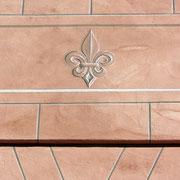 Heraldische Lilie, Steinimitation an Wohnhaus