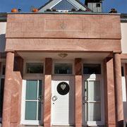 """Steinimitation an Wohnhaus-Eingang mit """"Heraldischer Lilie"""""""