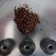 Kaffeebruchstücke unter der oberen Mahlscheibe